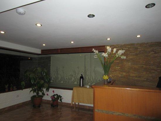 Florida del Inca Hotel: Front desk and hot water + coca tea 24 hours