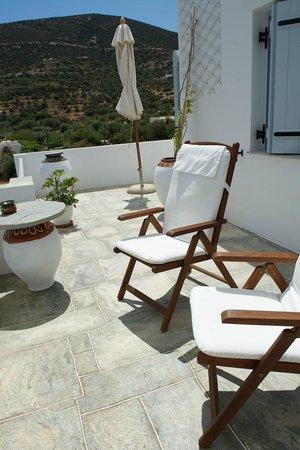 Gerani Sifnos Suites: One of the sunbathing terraces