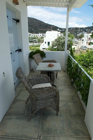 Gerani Sifnos Suites: The covered terrace in front of the bedroom