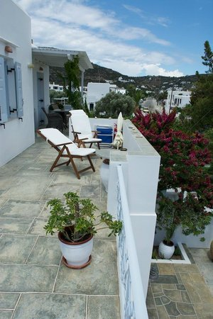 Gerani Sifnos Suites: Terrace at the front of Appollo