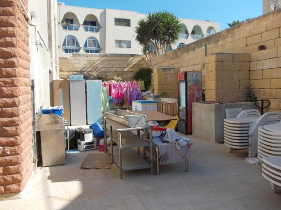 Ocean Reef Hotel : Jumbled laundry/maintenance area to the side of the hotel.