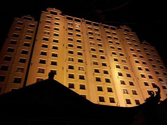 Sheraton Hanoi Hotel: exterior - night