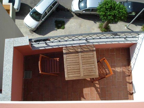 Aurasol : Udsigt fra tagterrassen ned på balkonen i lejlighed 9