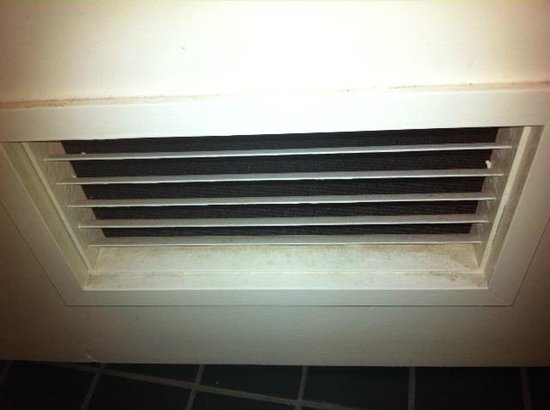Travelodge Perth: Vent in bathroom door