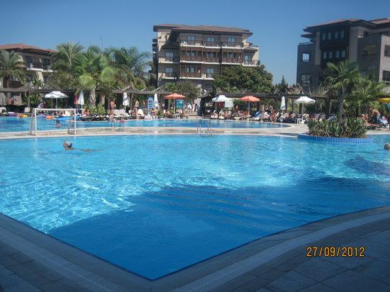 Club Calimera Serra Palace: Havuz ve ana bina