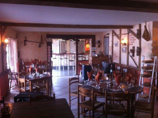Le Landais: Une partie de la salle de restaurant