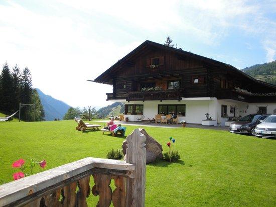 Mountain Chalet Pra Ronch: La villa vista dal giardino