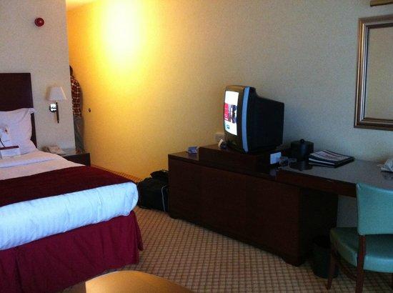 Cheshunt Marriott Hotel: Old style TV