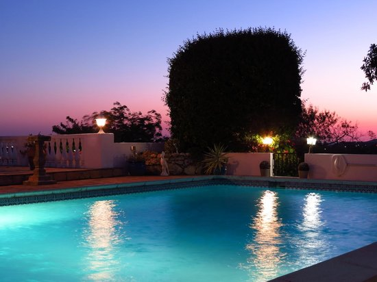 Winniehill Bed & Breakfast : The pool at twilight