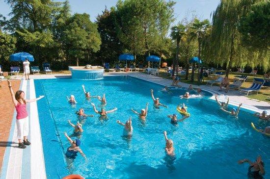 Aquagym in piscina scoperta - Foto di Hotel Terme Belsoggiorno ...