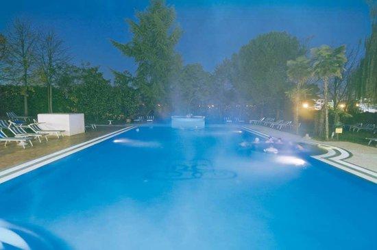 Piscina scoperta in notturno con whirlpool e cascata cervicale ...