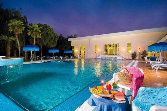 Piscina scoperta al tramonte - Foto di Hotel Terme Belsoggiorno ...