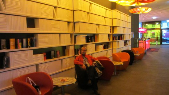 angelo by Vienna House Munich Westpark: A biblioteca decorativa no lobby do hotel Angelo