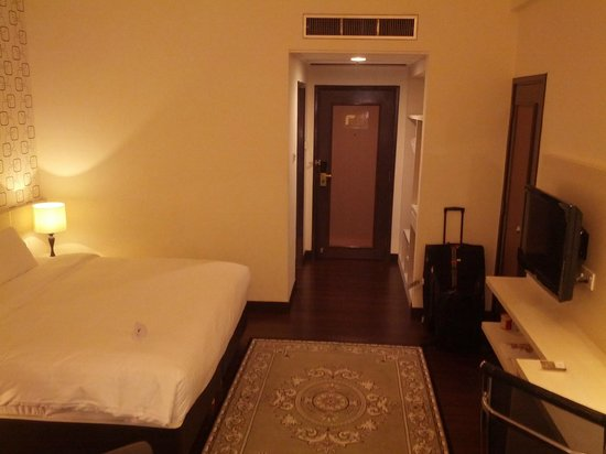 Village Hotel Bugis by Far East Hospitality: Room - view towards the entrance