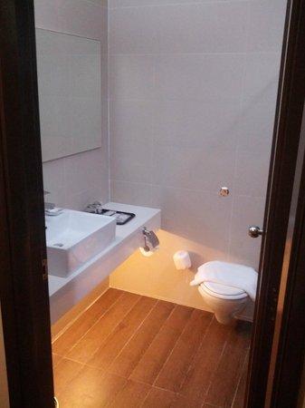 Village Hotel Bugis by Far East Hospitality: Bathroom