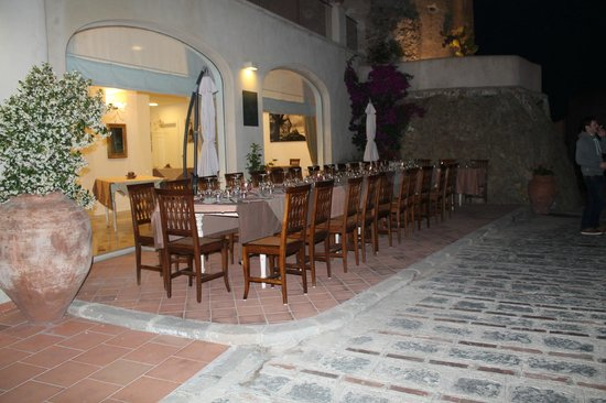 Borgo San Rocco Resort: dining area outside of hotel