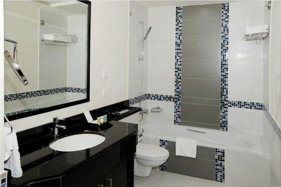 Dunes Hotel Apartments Oud Metha: Apartment Bathroom