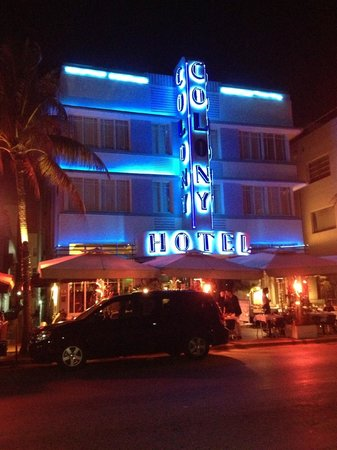 The Colony Hotel: Night time Hotel