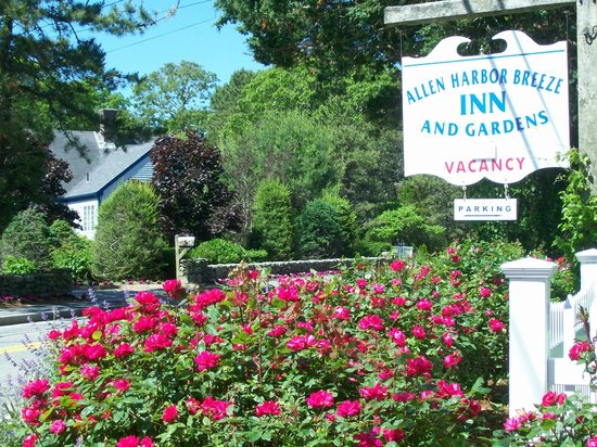 Allen Harbor Breeze Inn & Gardens: A Pretty Entrance!