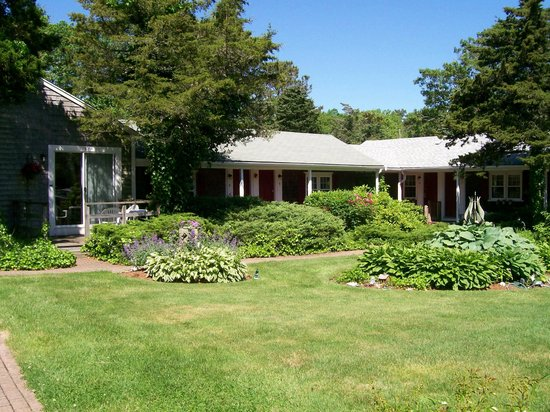 Allen Harbor Breeze Inn & Gardens: Gardens Galore!