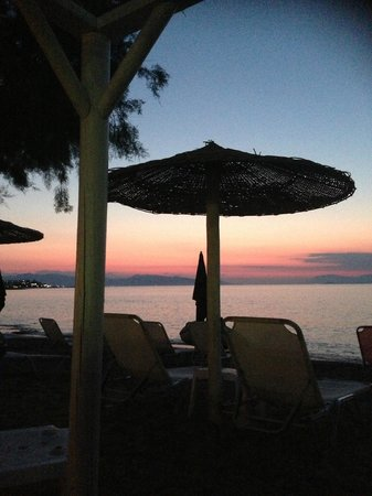 Alexandra's Hotel: Sunset on the beach.