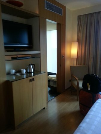 Hyatt Hyderabad Gachibowli: low cost 20$ room feel