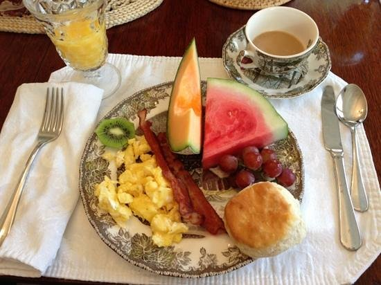 Kilby House Inn : beautiful china and a full breakfast!