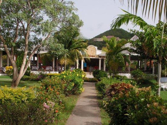 Coyaba Beach Resort: Pretty garden and main restaurant entrance