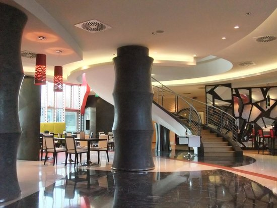 UNA Hotel Malpensa: 食堂とフロント付近