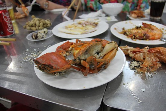 Ba Thoi Restaurant: Steamed Crab and Garlic & Butter Prawns