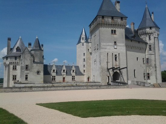 Seuilly, Francia: Vu de la Terrasse du restaurant sur le Château du 15ème Siècle