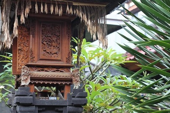 Kubu Kauh Beach Inn Legian: small but beautiful shrine..