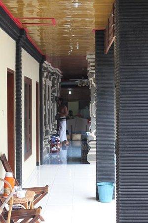 Kubu Kauh Beach Inn Legian: clean hallway..