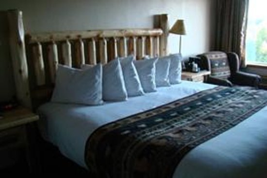 Kelly Inn West Yellowstone: beautiful bed and upholstered chair