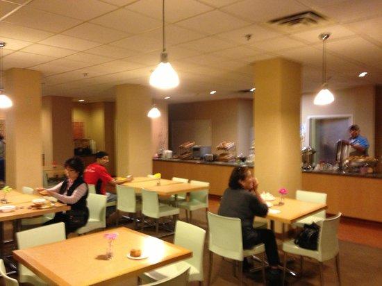 La Quinta Inn & Suites LAX: Salón del desayuno