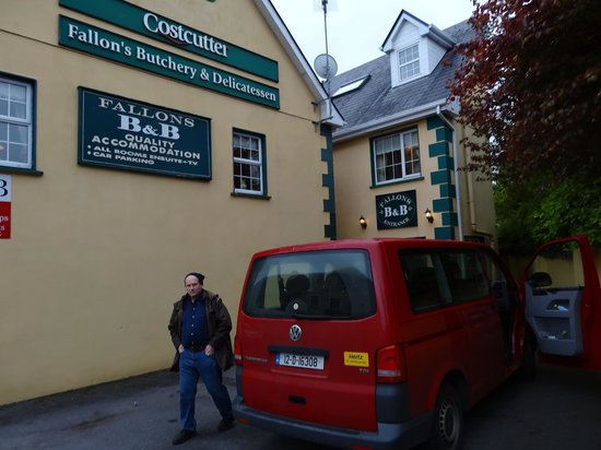 Kinvara, Irland: Parking is tight (3-4 cars in front) but other parking is available right nearby.