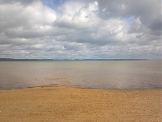 Traverse Bay Inn : beach behind hotel across the street