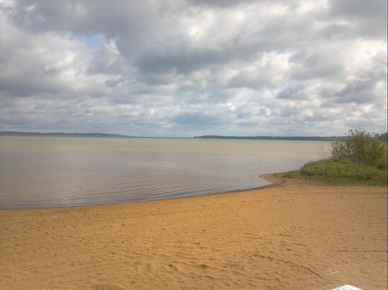 Traverse Bay Inn : beach across the street