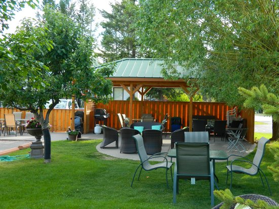 Crystal Springs Motel: Covered BBQ area