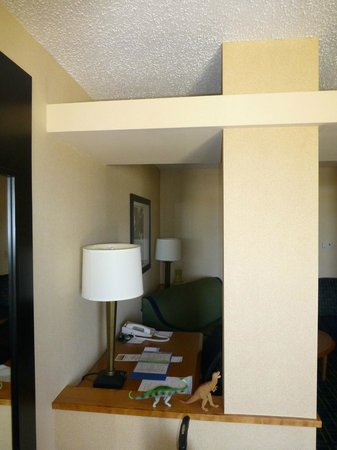 Fairfield Inn & Suites Roswell: Room divider with office table