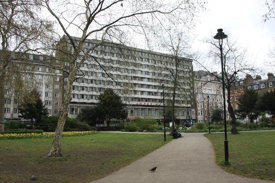 Imperial Hotel: El hotel desde el parque Russell