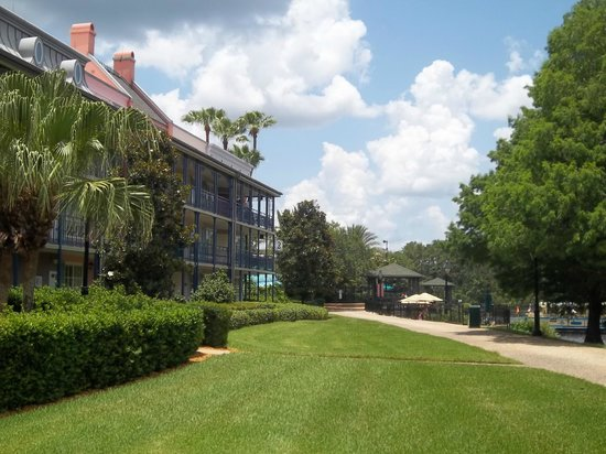 Disney's Port Orleans Resort - French Quarter: Walking toward the pool and boating dock