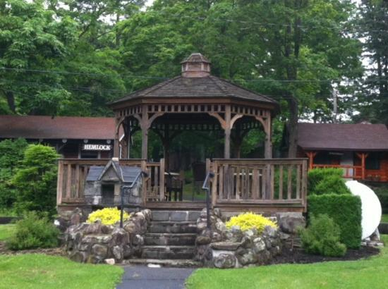 Carl's Rip Van Winkle Motor Lodge: Gazebo on the grounds to relax in