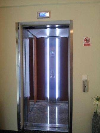 Hotel Degenija: Cyber lift :)
