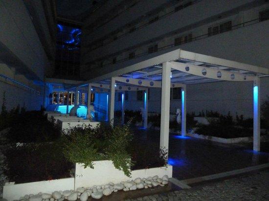 Catamaran Resort Hotel: вход в отель