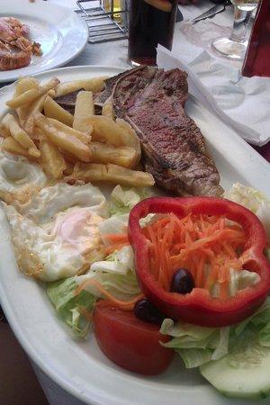 A Casa Galega: plato combinado con patatas, ensalada, dos huevos fritos y entrecot jugoso