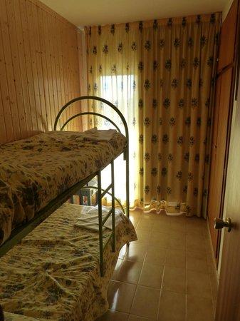 Apartments La Pineda : sypialnia dla dzieci-brzydkie łóżka piętrowe