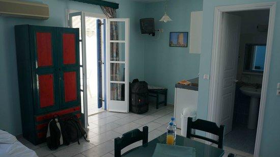 سايكلاديك آيلاندز هوتل: Corner with kitchenette & TV & balcony door