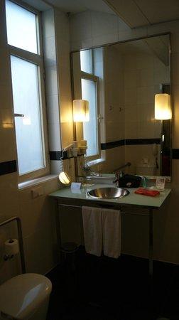โรงแรมควาโตรปูเอตาเดลโซล: O lindo banheiro