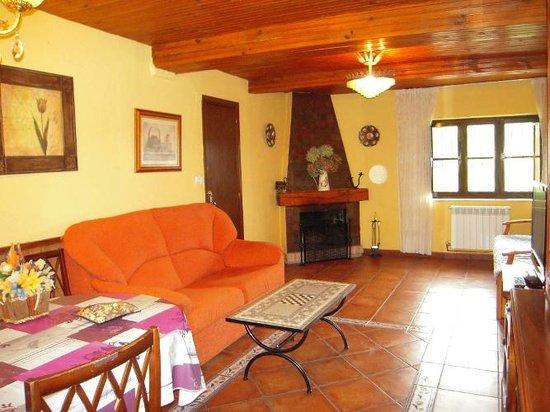Casa Rural San Juan: Salón con chimenea